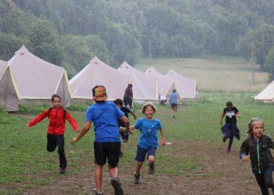 Campamento de verano con lluvia